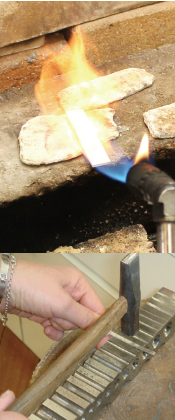 地金に火をいれハンマーで叩く工程 「鍛金」